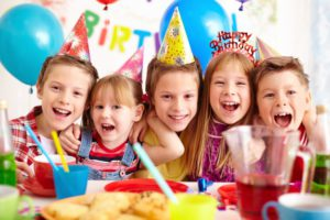 children-celebrating-birthday-party_1098-1228